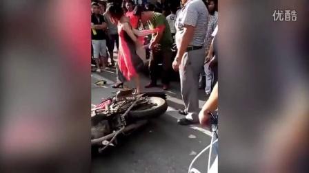 女子穿长裙坐摩托被车轮卷入 裙子剪烂才脱身