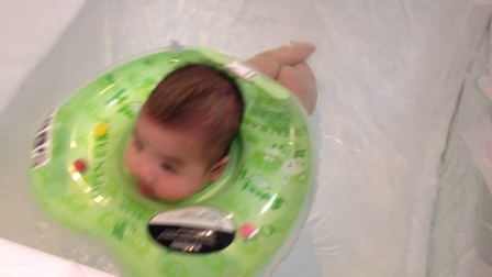 宝贝第一次游泳