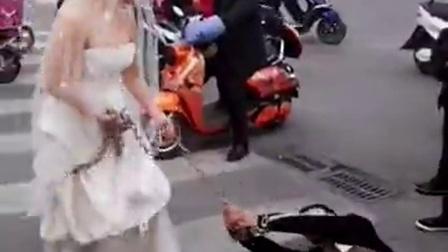 """女子传婚纱铁链捆绑小伙,大吼""""跟我回家结婚"""""""