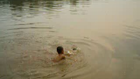两小孩玩水