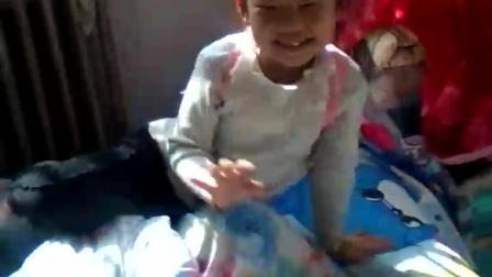 小女孩疯狂版唱歌。