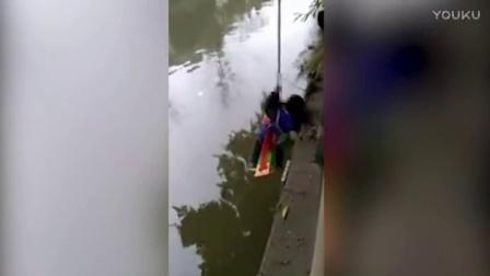 四川一父亲为逼儿子学算数将其吊在河边