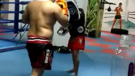 中年壮汉拳手