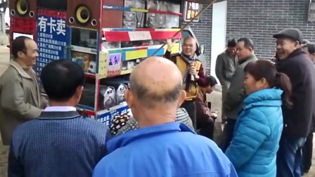 广西光头歌手街头献唱《爱情一阵风》,自由自在的生活令人羡慕!