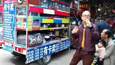 广西桂平街头歌者一首《涛声依旧》很有味,已经吸引一批忠实粉丝
