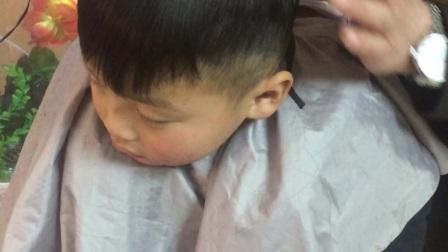 小孩不愿意剪头发