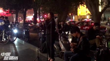 朝阳广场卖唱美女,一首《默》唱得真好,音质宛如演唱会!