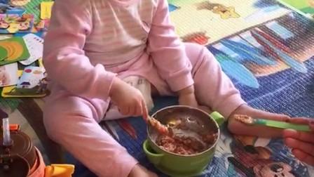 开心17个月自己吃饭