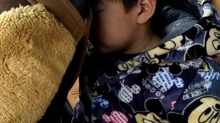 好可爱的小宝宝,站着都能睡着