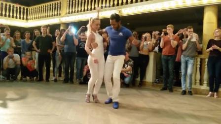 世界上最性感的舞蹈2人跳的忘我,女伴身材太抢镜