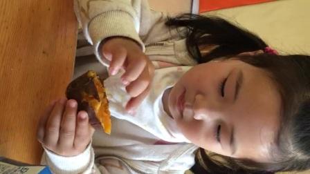 20170427 童童2岁10个月+28天  别出心栽的吃红薯方式…