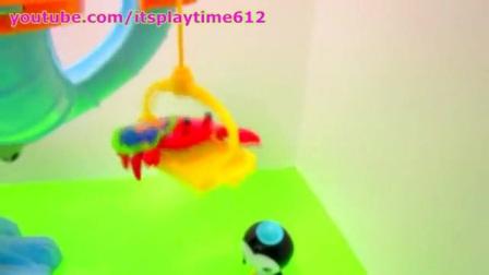 彩色的滑水槽。好玩的高处滑水