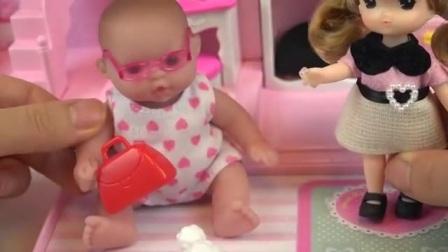 小娃娃的屋子里的可爱的玩具