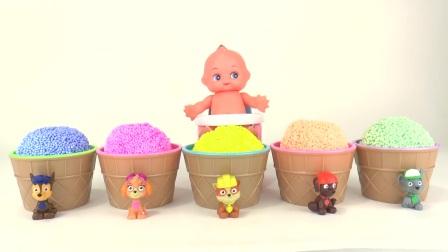 玩泡沫和动力沙冰淇淋惊喜玩具的爪子巡逻猪手指家人学习颜色