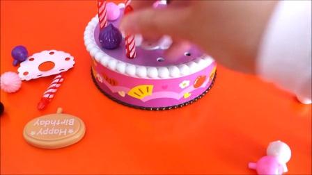 """玩具生日蛋糕""""维可牢""""切割玩具为孩子们制作的玩具生日蛋糕。"""