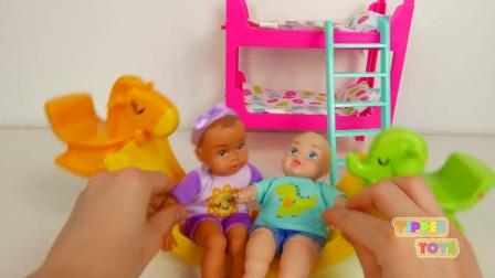给孩子们做娃娃睡觉和玩玩具