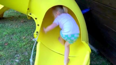 公园里玩海盗船和操场上的孩子们