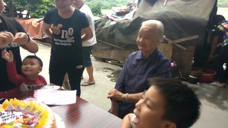 长巷村,华诞百年老人儿孙满堂。