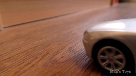 警察为孩子们收集玩具车的录像