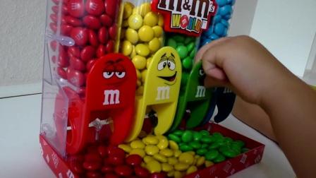 他们会偷玩糖果给孩子们玩糖果和小孩玩游戏