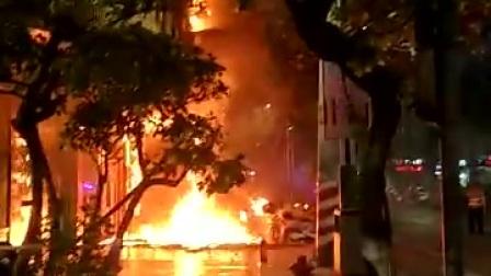 广西岑溪一把火,晚饭时刻,解放大道孝坊桥。  疑似买凶纵火。。。08431628051744df8c869883(1)