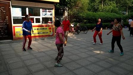 济南青年公园踢毽子。