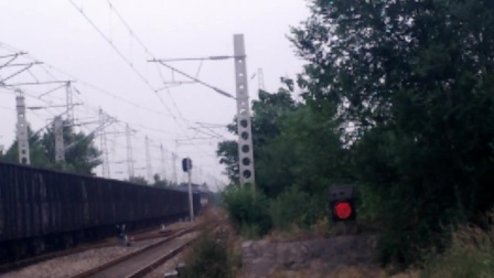 DF8B牵引货列快速通过半坡站