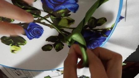 情人玫瑰花红和蓝 径的绣法——美仕娜丝带绣