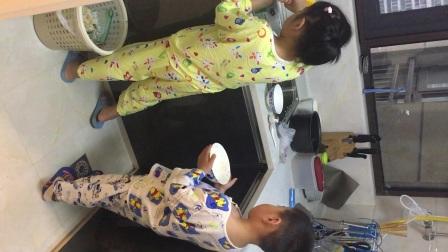姐弟排队洗碗
