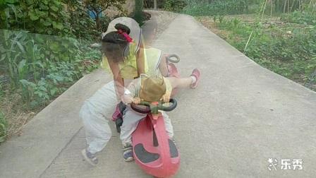 姐弟两的扭扭车!