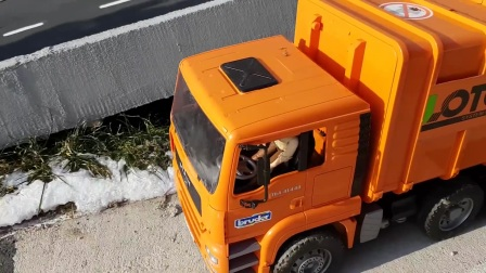 布鲁德玩具遥控拖拉机为孩子们提供的木材运输视频!