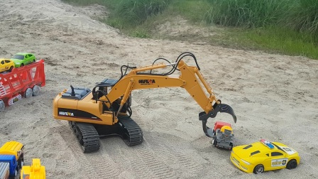 提供视频的挖掘机。