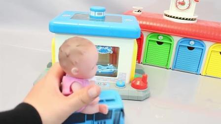 小巴士学会了颜色停车车库小娃娃的惊喜蛋玩具