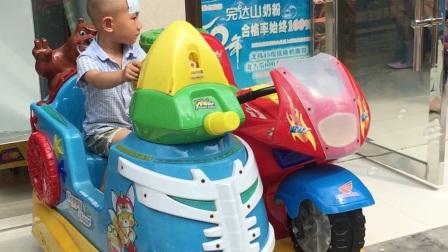 湖南 去医院看奶奶 一早发烧了 他爸爸给他买了钓鱼玩具