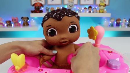 欢乐过家家游戏,和小姐妹一起学习照顾小娃娃,欢乐的洗澡时间