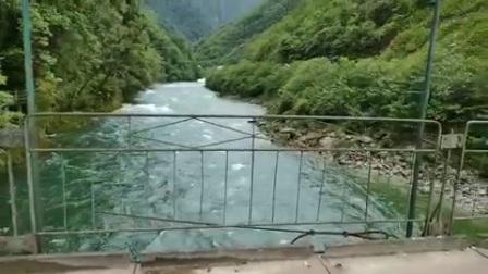 山泉水与独龙江水交融