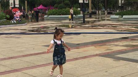 琪琪三岁三个月去广场看荷花
