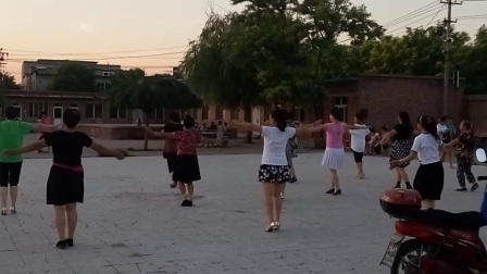 夜晚大妈们跳起了广场舞