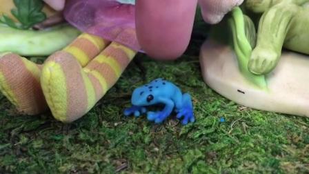 小巧虎在玩玩具车,有趣的仙女读故事书!