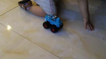 宝宝玩小车车好开心