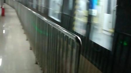 南京地铁10号线(025026)进安德门站。