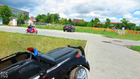 小警察在巡逻,一不小心车倒了,淘气包赶紧开着摩托车上前营救警车