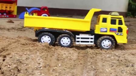 大轮子挖掘机和装载机在沙滩上玩命的干活