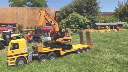 勤奋的挖掘机和大卡车在农场帮助拖拉机干活,为他们点赞