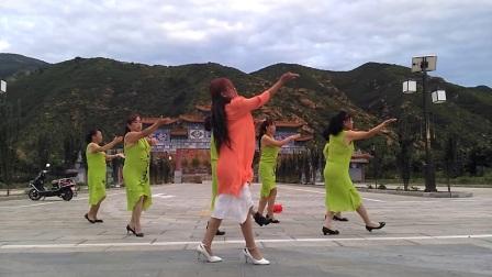 快乐花儿广场舞领着初学的大姐小姐妹们学跳青儿原创……爱拼才会赢