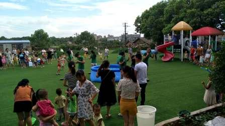 樟树临江临机幼儿园泼水游戏