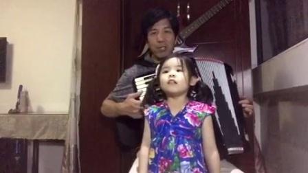 3岁半的孙女唱《卖报歌》爷爷手风琴伴奏