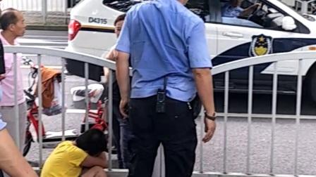 爷爷经常拿刀追打小孩,小孩打电话报警,上海长宁区老警察全程细心开导,直至家里母亲来接(下集)