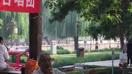 北京北土城合唱团成立六周年年庆演出指挥家的风采