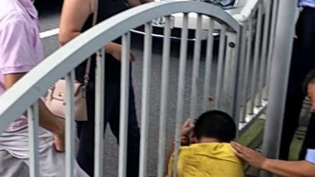 爷爷经常拿刀追打小孩,小孩打电话报警,上海长宁区老警察全程蹲着细心开导,直至家里母亲来接走(上集)